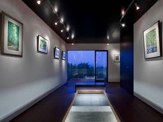 Couloir, entrée, escaliers modernes par 根來宏典建築研究所 Moderne