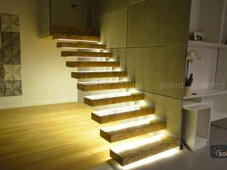 Wiszące schody z oświetleniem LED - SOLED: styl , w kategorii Korytarz, przedpokój zaprojektowany przez SOLED Projekty i Dekoracje Świetlne Jacek Solka