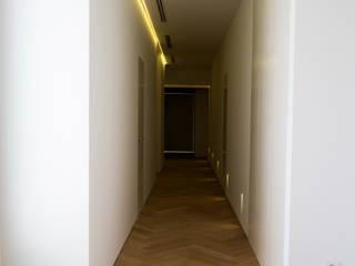 MAR House Pasillos, vestíbulos y escaleras de estilo mediterráneo de Singularq Architecture Lab Mediterráneo