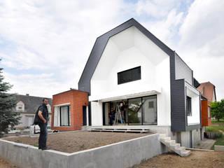 Façade Sud _ Terrasse et jardin plateau: Jardin de style de style Moderne par [ADitude*] Architecture