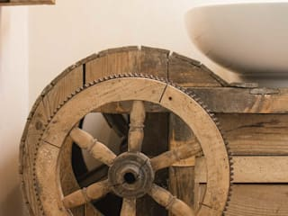 Details: old vintage tool transformed in a sink's table Bagno in stile industriale di Rachele Biancalani Studio Industrial Legno Effetto legno
