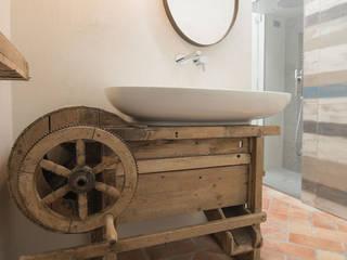 Rachele Biancalani Studio Industrial style bathroom Wood White