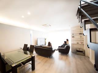 ズレて重なる壁が印象的。スタイリッシュに暮らせる家 モダンデザインの リビング の ナイトウタカシ建築設計事務所 モダン
