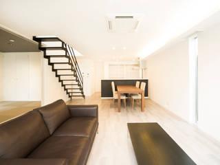 ズレて重なる壁が印象的。スタイリッシュに暮らせる家 モダンデザインの ダイニング の ナイトウタカシ建築設計事務所 モダン