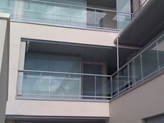 63 Viviendas, 48 Despachos, 2 Locales Comerciales, Trasteros y Garaje. Arroyomolinos. Madrid. Balcones y terrazas de estilo moderno de beades arquitectos s.a.p. Moderno