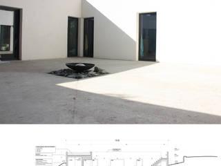 Maison Luynes: Maisons de style  par Atelier-Calas