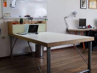 MOBILIARIO DERIVADO PARA UNA OFICINA: Estudios y despachos de estilo clásico por Yemail Arquitectura