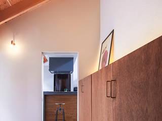 Pasillos, vestíbulos y escaleras de estilo ecléctico de nobuyoshi hayashi Ecléctico