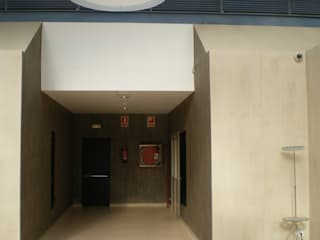 Minimalist corridor, hallway & stairs by Marc Pérez Interiorismo Minimalist