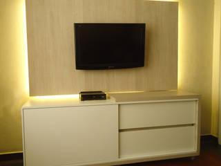 Sala de TV: Salas multimídia  por Camila Cortez