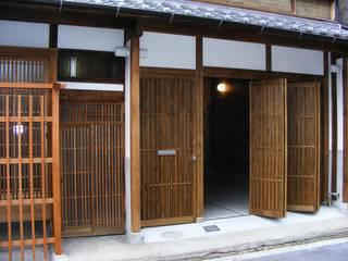 Puertas y ventanas de estilo clásico de 有限会社種村建具木工所 Clásico