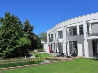 Naturpoolanlage mitten in Berlin... Mediterraner Garten von Natur & Heim GmbH Mediterran