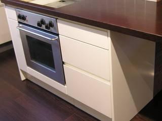 Küchenblock  lackiert, Arbeitsplatte Wenge furniert:   von ARTfischer Die Möbelmanufaktur.