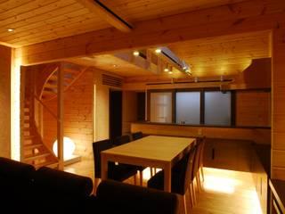 宮川邸: ミズタニ デザイン スタジオが手掛けたダイニングです。