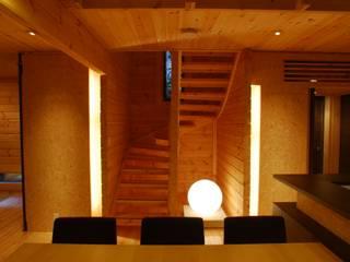 宮川邸: ミズタニ デザイン スタジオが手掛けた廊下 & 玄関です。