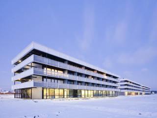 Appartementencomplex met zorgfuncties in de plint Minimalistische huizen van JMW architecten Minimalistisch