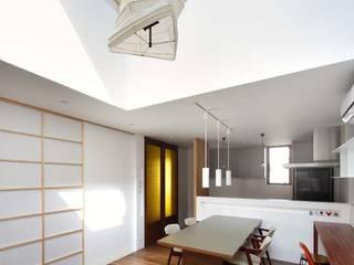 6th studio / 一級建築士事務所 スタジオロク Salas de estilo moderno Blanco
