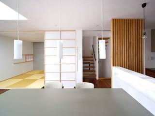 ダイニングから階段/和室をみる。: 6th studio / 一級建築士事務所 スタジオロクが手掛けたダイニングです。,