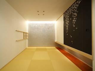 6th studio / 一級建築士事務所 スタジオロク Salas multimídia modernas Metalizado/Prateado