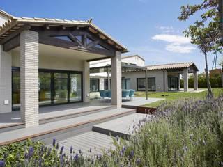 Exteriores vivienda en un golf : Jardines de estilo moderno de ruiz narvaiza associats sl