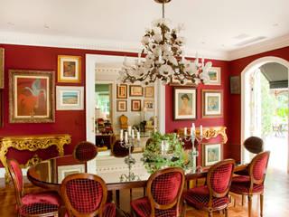 French Chateaux: Salas de jantar  por Allan Malouf Arquitetura e Interiores,Clássico