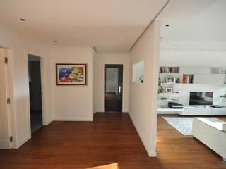 progetto Modern corridor, hallway & stairs by MmArchi. I Monica Maraspin Architetto Modern