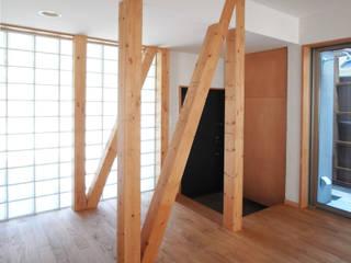 ユミラ建築設計室 Modern corridor, hallway & stairs