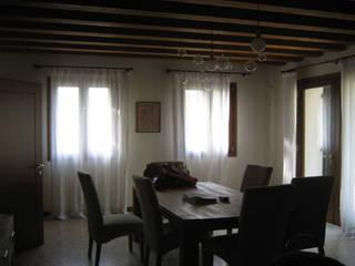 edificio residenziale a Treviso: Sala da pranzo in stile  di studi di progettazione riuniti