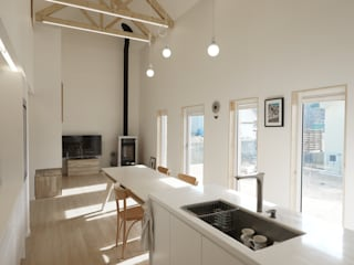 Sunlight House 빛이 쏟아지는 집: ADMOBE Architect의  다이닝 룸