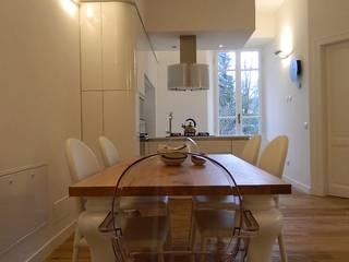 RISTRUTTURAZIONE APPARTAMENTO IN EDIFICIO LIBERTY: Sala da pranzo in stile in stile Moderno di MBA  MARCELLA BRUGNOLI ARCHITETTO