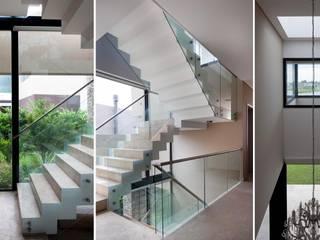 CASA JN: Pasillos y recibidores de estilo  por Speziale Linares arquitectos