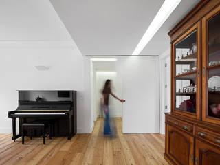 REMODELAÇÃO_APARTAMENTO RESTELO | Lisboa | PT: Salas de estar  por OW ARQUITECTOS lda | simplicity works,Moderno
