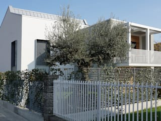 Fronti Strada_Balcone ferro a sbalzo: Terrazza in stile  di Plus Concept Studio
