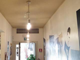 """""""Risparmiare denaro è rispettare l'ambiente"""" Negozi & Locali commerciali in stile classico di lar luce alto rendimento srl Classico"""