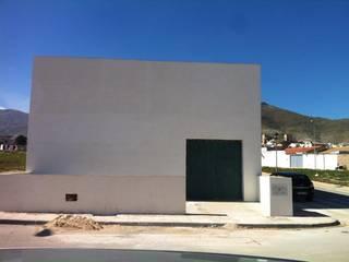 Edificio cochera: Casas de estilo  de Estudio de arquitectura Blas Blanco Marín