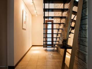 階段: QUALIAが手掛けた廊下 & 玄関です。