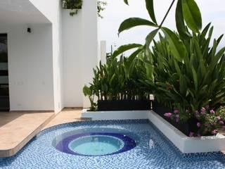 jacuzzi y espejos de agua.: Piscinas de estilo  por Camilo Pulido Arquitectos