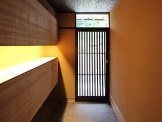 「曲がり土間の家」: 尾脇央道(重川材木店)が手掛けた廊下 & 玄関です。,