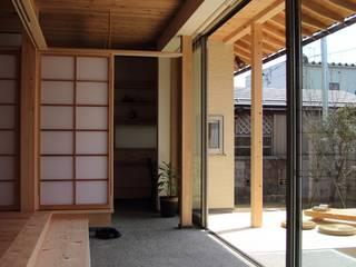 「土間のある小さくて広い家」: 尾脇央道(重川材木店)が手掛けたテラス・ベランダです。,