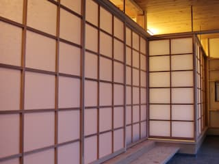 「土間のある小さくて広い家」: 尾脇央道(重川材木店)が手掛けた廊下 & 玄関です。,