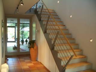 Modernes Einfamilienhaus Moderner Flur, Diele & Treppenhaus von buttler architekten Modern