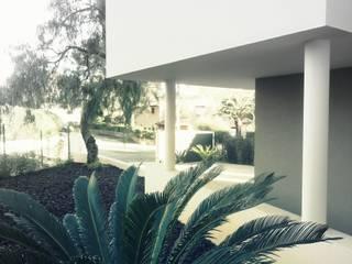 Villa St Raphael: Terrasse de style  par iSpP architectes