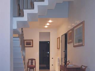 Minimalistische gangen, hallen & trappenhuizen van Studio Valle architettura e urbanistica Minimalistisch