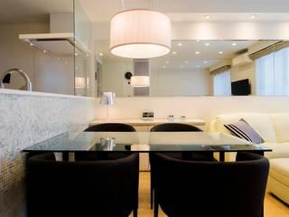 Dining room by QUALIA, Modern