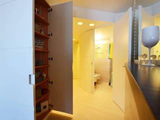 appartement roquebrune cap martin : Couloir et hall d'entrée de style  par kmmarchitecture