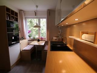 Kleine Küche in Eiche Weiß:  Küche von Schreinerei Möbel - Holzsport Häupler