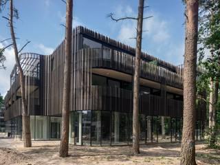 Multifunctionele accommodatie met zorgappartementen, horeca, sportzalen en muziekschool Moderne gezondheidscentra van JMW architecten Modern