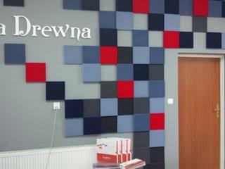Studio minimalista di FLUFFO fabryka miękkich ścian Minimalista