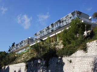 LOGEMENTS EN BANDE « LA COUALLA »: Hôtels de style  par CAB ARCHITECTES