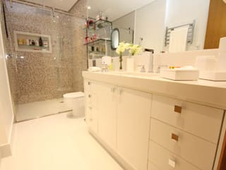 Moderne badkamers van Daniela Hescheles Arquitetura Modern